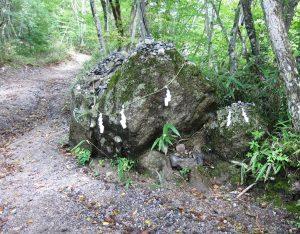 石割神社への道